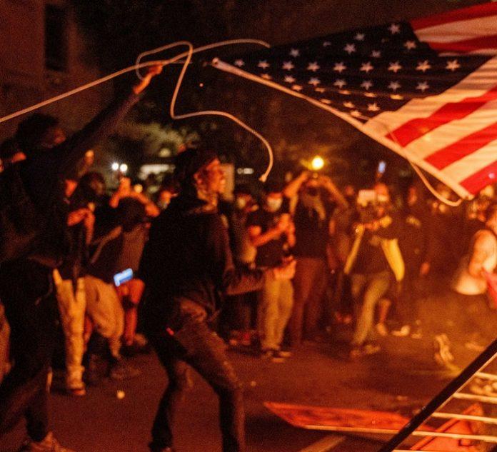 امریکہ میں نسلی فسادات،40ریاستوں میں کرفیو : کئی شہروں میں گھیراؤ جلاو اور لوٹ مار ۔ مظاہرین کا پولیس سے تصادم